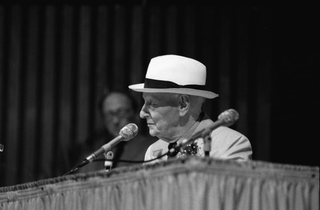 discusses theme three stories isaac bashevis singer son am Isaac bashevis singer's 14 novels in english, memoirs, and hundreds of short stories, set on four continents and in as many centuries, not to mention his children's books and countless .