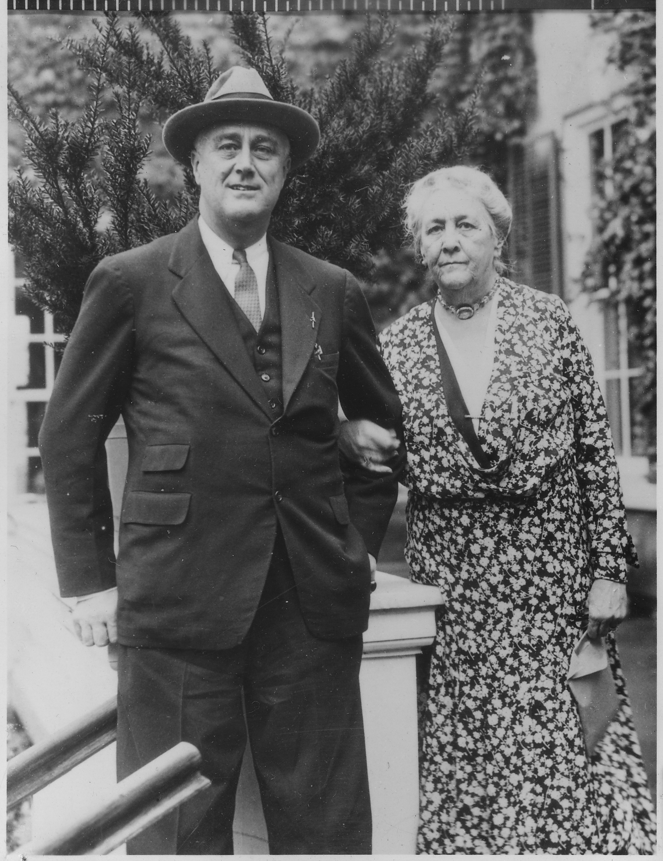 the early life of franklin delano roosevelt his overprotective franklin d roosevelt and sara delano roosevelt in hyde park new york nara